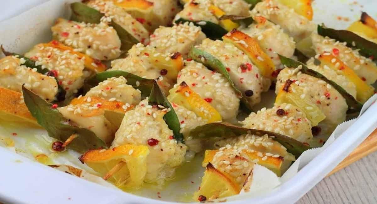 Alléchantes brochettes de poulet-citron-laurier