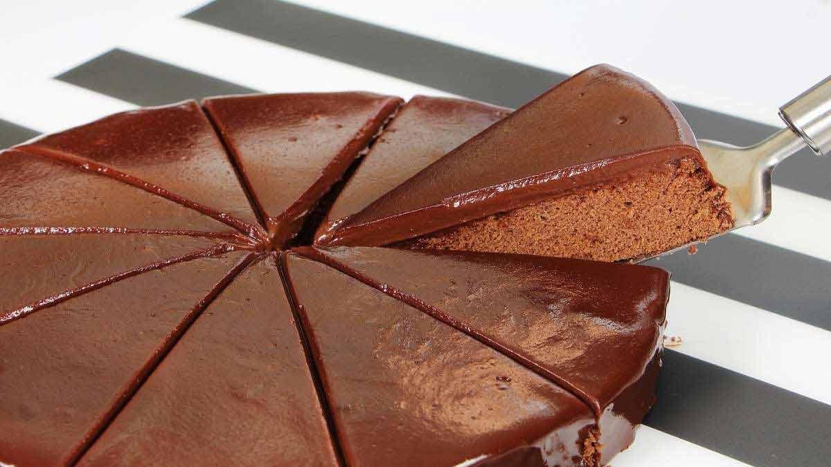 Appétissant gâteau au cacao avec ganache