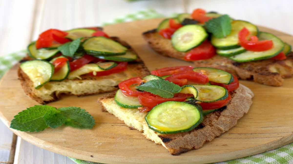 Appétissantes tartines aux courgettes et tomates