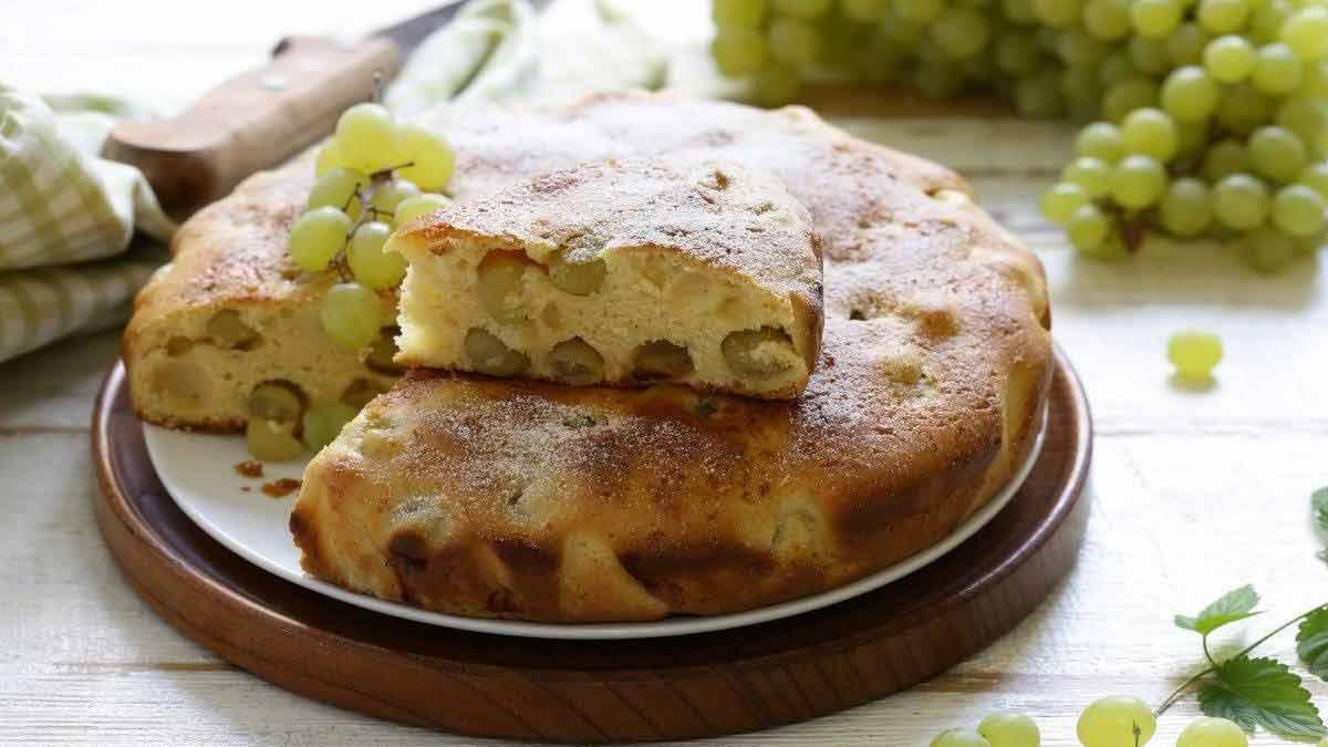 Délicieux gâteau farci aux raisins blancs