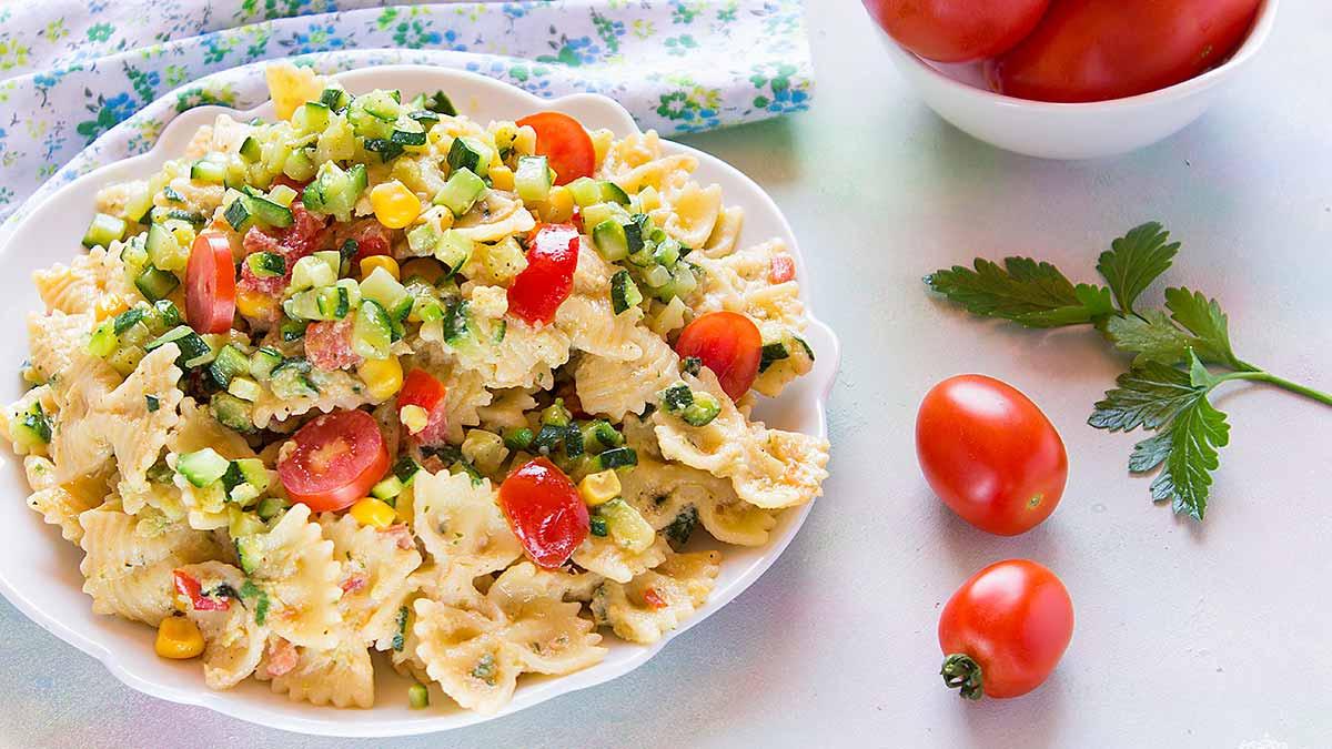 Salade froide de farfalles au thon et aux courgettes