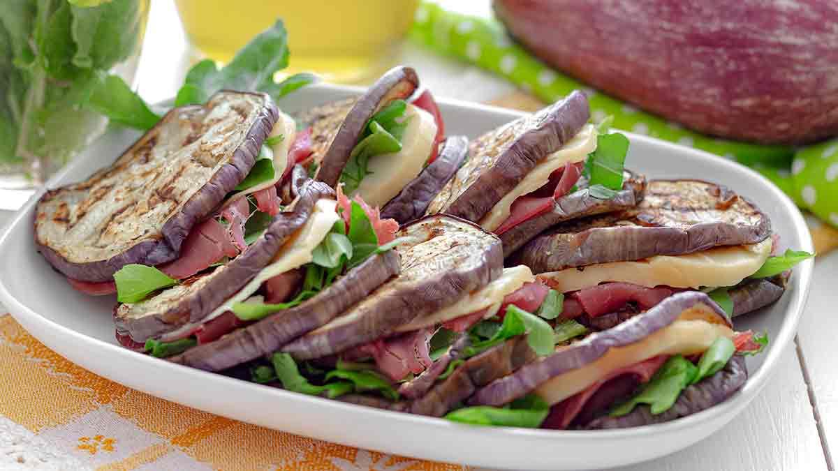 Sandwichs d'aubergine farcie fromage et charcuterie